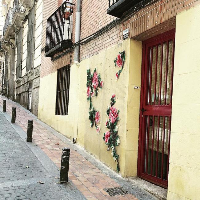 Ấn tượng với mặt tiền của các ngôi nhà được trang trí bằng tranh thêu chữ thập khổng lồ